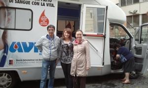 Laura, la dottoressa responsabile delle donazioni e l'autista dell'autoemoteca, donata a AVIS Roma da Fondazione Roma