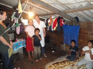 Una povera casa per ospitare la notte i piccoli, di più Encuentro non può fare, sempre meglio che la strada.